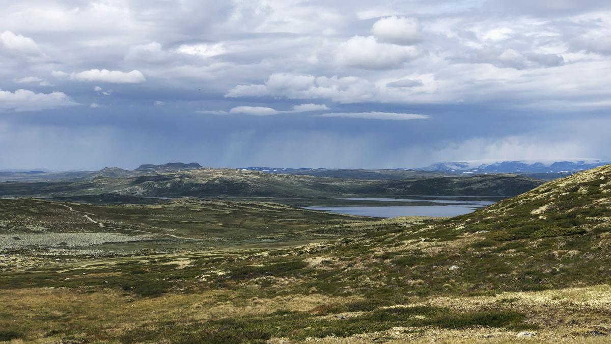 Udsigt over Hardangervidda med regnskyer i baggrunden