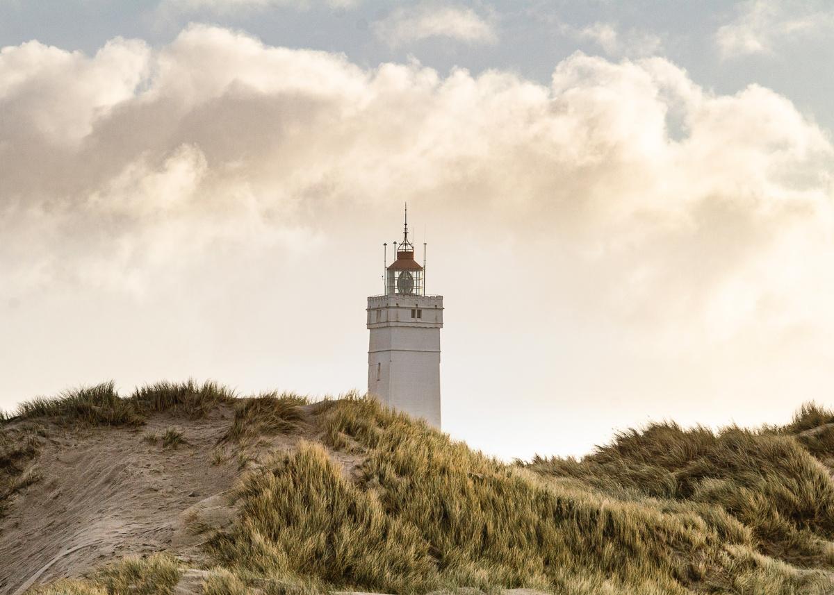 Blåvandshuk fyrtårn set fra klitterne.